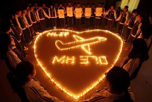 Estudiantes de la Escuela Internacional oran por los pasajeros desaparecidos del Malasyia Airlines. (Foto:AFP)