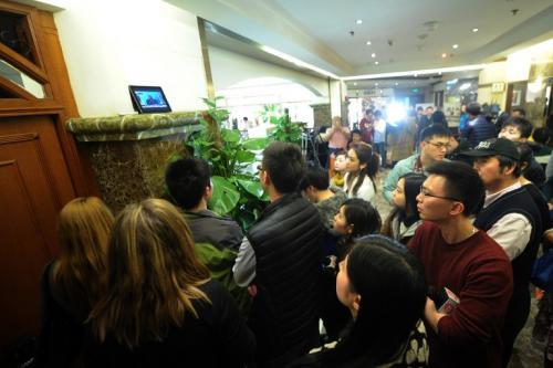 Personas miran directo del primer ministro de Malasia, Najib Razak, al hablar en una conferencia de prensa, en un hotel en Beijing. Líder de Malasia dijo comunicaciones a bordo de un avión perdido se apagaron y su curso cambiaron deliberadamente por alguien a bordo antes de que el avión desapareció hace una semana, pero no llegó a decir que había sido secuestrado. (Foto:AFP/ Wang Zhao)