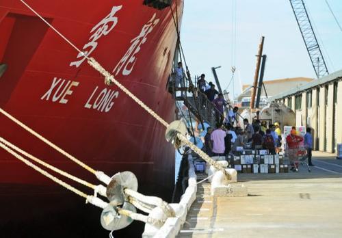 El buque tardará unos cuatro días en recorrer las más de mil millas náuticas que separan la costa australiana con el lugar donde se cree están los restos. (Foto:AFP)