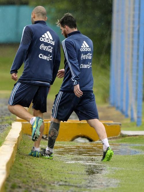 Messi tiene sus propios problemas en la actualidad: devolver a Argentina a puestos de clasificación al Mundial. En la imagen conversa con Javier Mascherano. (Foto: AFP)