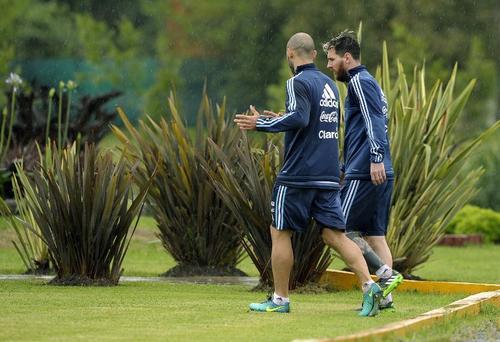 Mascherano y Leo Messi conversan durante el entrenamiento. (Foto: AFP)