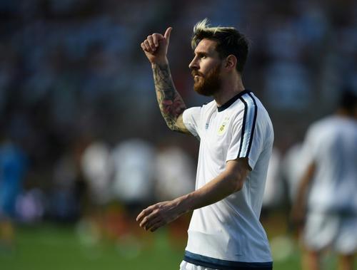 """-""""Voy a meter uno igual en el partido"""".  -""""Ok Leo"""". (Foto: AFP)"""