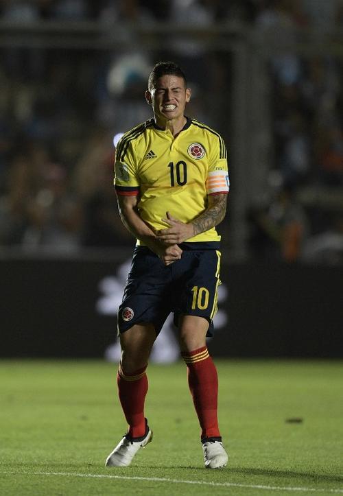 James Rodríguez no mantuvo la calma frente a Argentina, como bien se puede apreciar en esta imagen. (Foto: AFP)