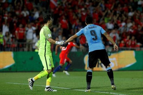 Luis Suárez felicitó a su excompañero tras el penal que le atajó. (Foto: AFP)