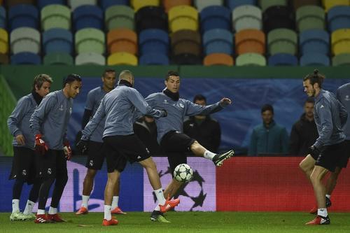 Ronaldo, con sus compañeros durante el calentamiento. (Foto: AFP)