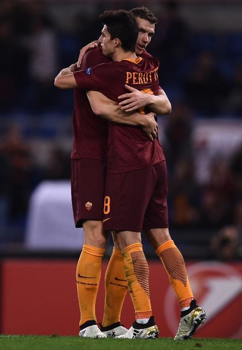 Dzeko felicitó a su compañero sin entender cómo había metido ese gol. (Foto: AFP)