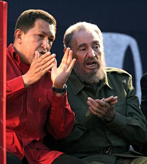 Foto de archivo del 21 de julio de 2006, cuando Fidel Castro y Hugo Chávez participaban en un mitin en Córdoba, Argentina. (Foto: Juan Mabromata/AFP)
