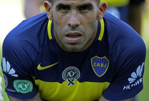 Carlitos Tévez con escudos del Chapecoense en la camisa de Boca. Así jugaron el clásico argentino. (Foto: AFP)
