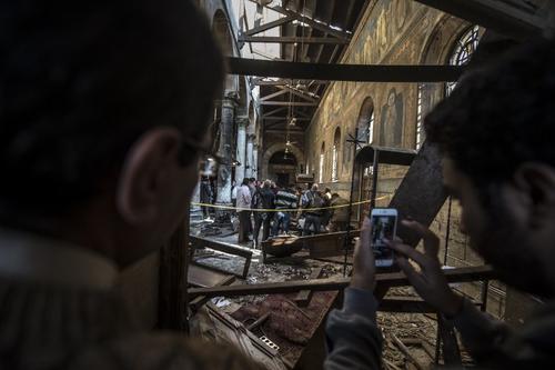 Curiosos observan la destrucción causada por la explosión. (Foto: AFP)