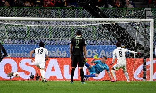 La decisión de Kassai significó el primer gol del partido. (Foto: AFP)