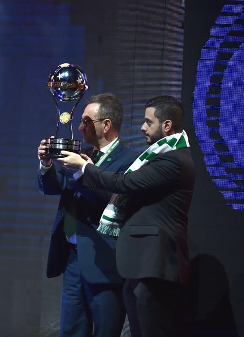Ambos presidentes levantaron juntos el trofeo. (Foto: AFP)