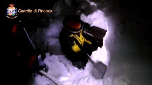 Los rescatistas tuvieron que cavar para acceder al hotel. (Foto: AFP)