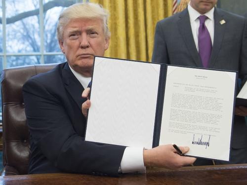 Trump firmó la salida en el despacho oval frente a los periodistas. (Foto: AFP)