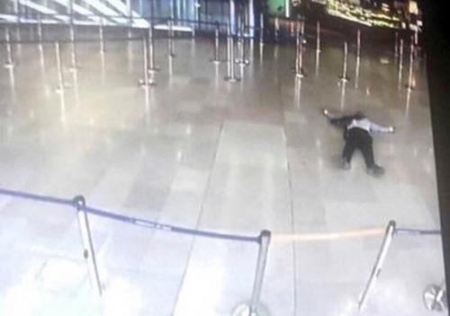 El hombre se enfrentó en unos instantes con la policía y terminó perdiendo la vida. (Foto: AFP)