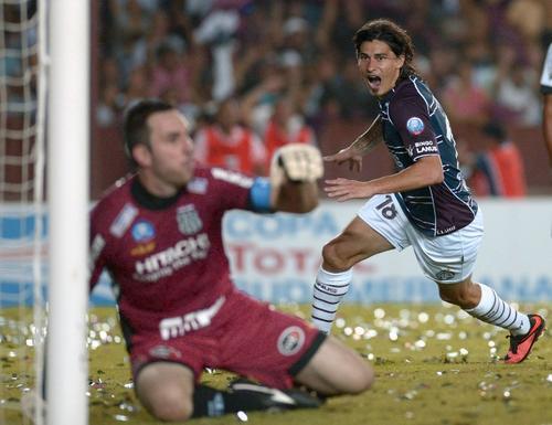 Ismael Blanco comienza el festejo, tras anotar el segundo gol de Lanús, que se coronó campeón de la Copa Sudamericana 2013. (AFP)