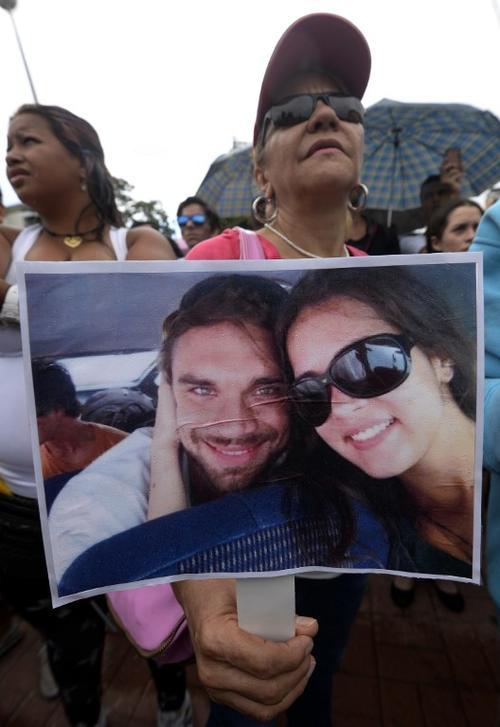 Seguidores de la actriz llegaron hasta el cementerio donde con aplausos y lágrimas despidieron a Mónica Spear y a su esposo Henry Thomas Berry. Foto AFP