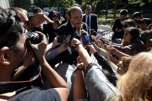 El padre de Mónica Spear dando declaraciones a los medios de comunicación antes del sepelio. Foto AFP