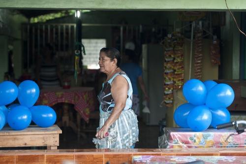 María Julia Alvarenga, madre de José Alvarenga se prepara para recibirlo en su casa en Garita Palmera a 118 kilómetros al oeste de la capital San Salvador.  (Foto: AFP)