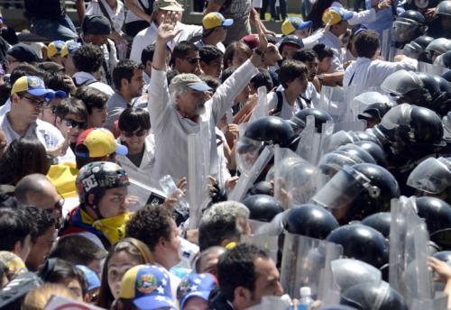 La protesta de médicos y estudiantes opositores, realizada en varias ciudades del país, se suma a la ola de manifestaciones en el país hace más de un mes contra el gobierno y en rechazo a la inflación de 56,3% anual, la escasez de productos básicos y la violencia criminal que afecta a diario a los venezolanos. (Foto: AFP)