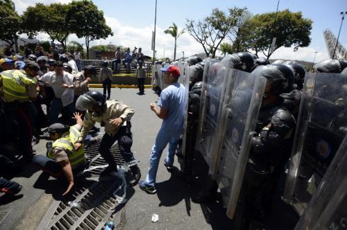 Al menos 20 muertos, 300 heridos y decenas de denuncias de violación a los derechos humanos han dejado las protestas desde que iniciaron el 4 de febrero en San Cristóbal (suroeste) y se ampliaron hacia otras cuatro ciudades, incluida Caracas. (Foto: AFP)
