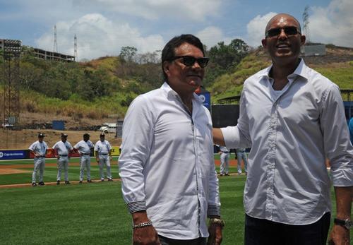 El exboxeador Roberto Mano de Piedra Durán junto al exbeísbolista Mariano Rivera, dos glorias del deporte panameño y mundial. (Foto: AFP)