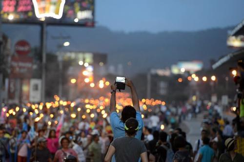 Decenas de hondureños participaron en la marcha contra la corrupción. (Foto: AFP)