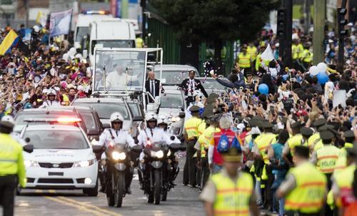 El papa Francisco en recorrido por calles de Ecuador. (Foto: AFP)