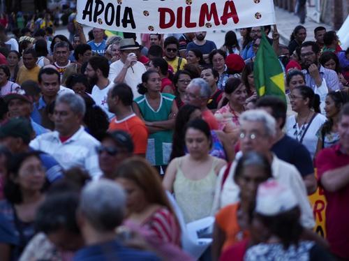 Manifestantes muestran su apoyo a Rousseff. Estas manifestaciones no han sido tan numerosas como las que solicitan su renuncia. (Foto: AFP)