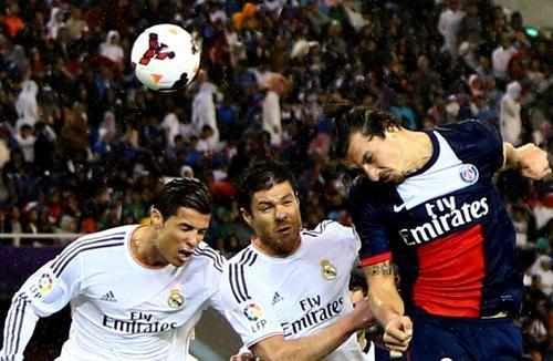 Cristiano Ronaldo y Zlatan Ibrahimovic se volvieron a ver las caras, esta vez en Doha, Catar. (Foto: Marwan Naamani/AFP)