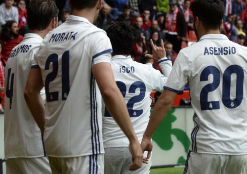 El centrocampista fue felicitado por sus compañeros tras sus dos goles conseguidos ante el Sporting de Gijón. (Foto: AFP)