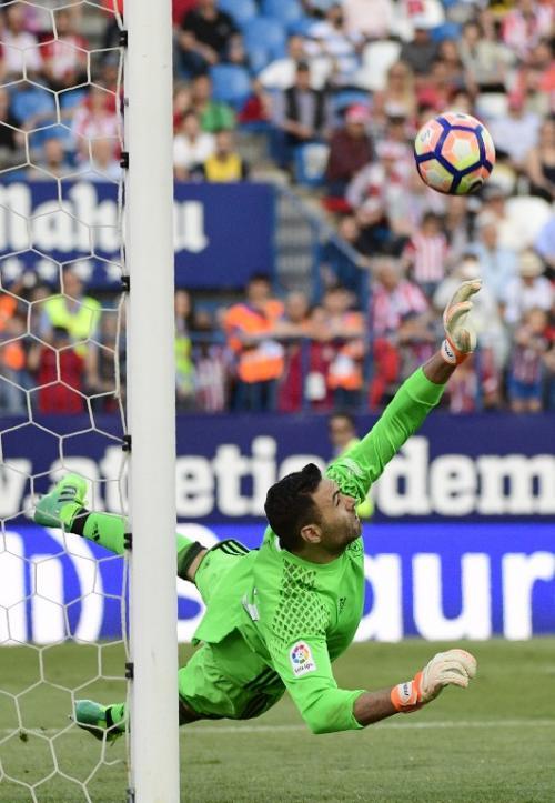 Según La Liga, la hazaña del portero italiano ha marcado un récord dentro del torneo. (Foto: AFP)