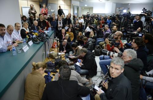 Así lucía la sala de coferencias del Hospital Grenoble en Francia, cuando los médicos que atienden a Michael Schumacher dieron el parte médico de su estado de salud. Foto AFP