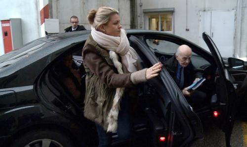 Corinna Schumacher, la esposa del alemán campeón de Fórmula 1, Michael Schumacher, al llegar al Centro Hospitalario de la Universidad de Grenoble con un amigo de la familia y profesor cirujano francés, Gerard Saillant, para visitar a su esposo. (AFP)