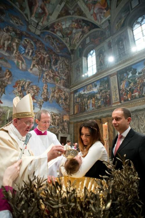 El papa bautizó a 32 niños en la Capilla Sixtina. (Foto: Osservatore Romano/AFP)