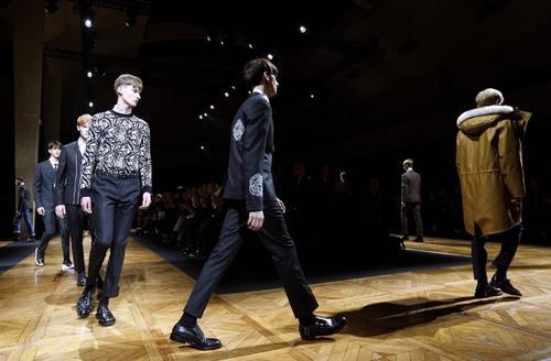 Dior Homme presentó un estilo clásico con rayas. (Foto: AFP)