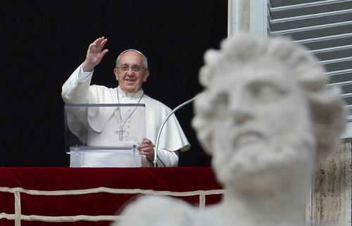 El Papa Francisco saludo a los fieles congregados en la Plaza San Pedro. Foto AFP