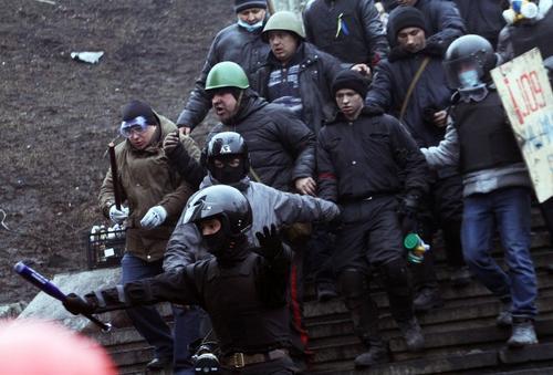 La agitación en Ucrania empezó en noviembre, cuando el gobierno decidió suspender súbitamente las negociaciones de asociación con la UE y estrechar las relaciones económicas con Rusia. Foto AFP