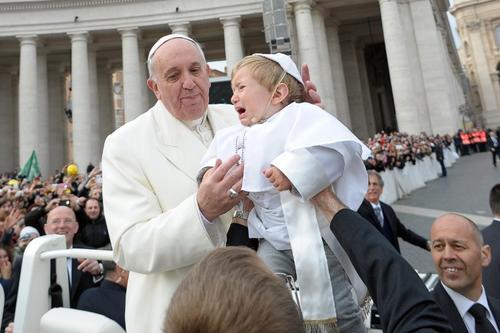 Paula Ciabattini, madre del niño, dijo que vistió a su hijo como el papa como muestra del afecto que siente por Francisco. (Foto: AFP)