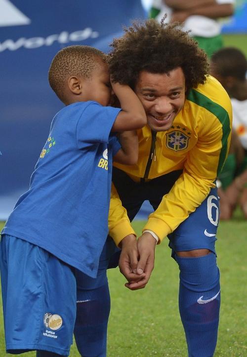 Uno de los niños habló con Marcelo al inicio del juego. (Foto: AFP)