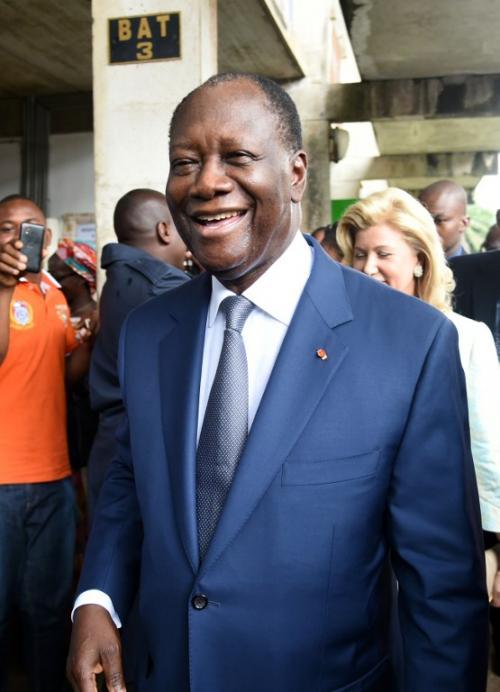 El actual presidente de Costa de Marfil, Alassane Ouattara sale de un centro de votación tras emitir el sufragio en el distrito residencial Cocody de Abiyán. (Foto: AFP)