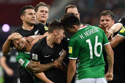 El árbitro tuvo que acudir a la revisión de video para tomar una decisión sobre las amonestaciones. (Foto: AFP)