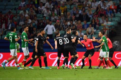 Los árbitros tuvieron que separar a los futbolistas. (Foto: AFP)
