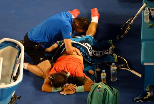 Tendido sobre la cancha, Rafael Nadal buscaba aliviar un dolor de espalda que le impidió jugar a su nivel. (Foto: AFP)