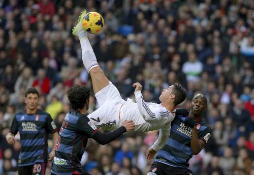 Roberto, el portero del Granada, evitó que Cristiano Ronaldo marcara con esta espectacular chilena, sacando la pelota con una estirada de último momento. (Foto: Dani Pozo/AFP)