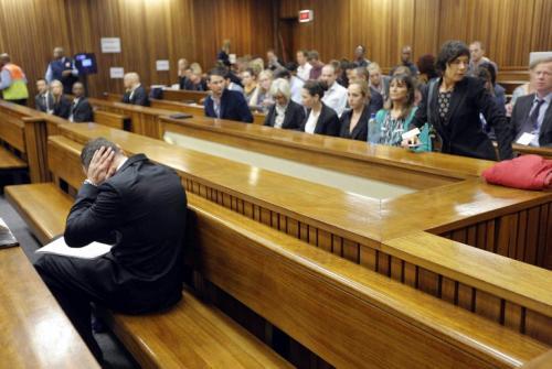 Pistorius durante el segundo día de audiencia en el proceso que se le sigue por el crimen de su novia. (Foto: AFP)