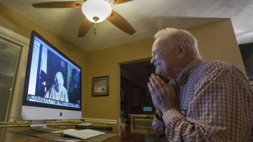 La emoción en el rostro de Norwood Thomas al ver por primera vez después de 72 años a Joyce. (Foto: Infobae)