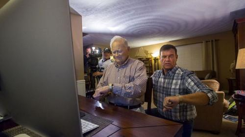 Norwood y su hijo coordinan sus relojes para realizar la conexión vía Skype con Joyce. (Foto: infobae)