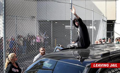Momento donde Justin Bieber deja la prisión luego de pagar 2500 dólares. (Foto: TMZ)