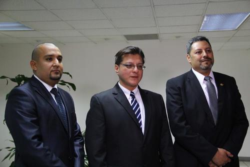 Toro Maldonado, aparece (c) en esta imagen con los otros dos aspirantes a dirigir la SAT. (Foto: Archivo/Soy502)