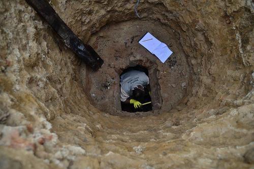 Tras se retirado la urna, los investigadores del Ministerio de Cultura continuaban indagando en el interior del mausoleo de Miguel García Granados. (Foto: Wilder López/Soy502)
